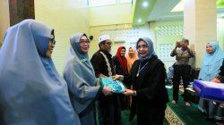 Misi TP PKK Makassar Bagi-bagi Mukena di Masjid
