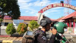 "Penanganan Corona di Bone, Brimob-TNI ""Nyanyi"" di Tengah Jalan"