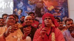 Tangkal Virus Corona, Ratusan Komunitas Hindu di India Minum Urine Sapi