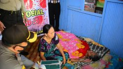 """Paket """"Cinta"""" Kapolres Sinjai untuk Wanita 80 Tahun di Tengah Covid-19"""