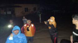 """Malam-malam Lurah """"Cantik"""" Bone Evakuasi Warga Kebanjiran"""