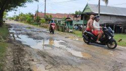 Jalan Poros Barebbo-Sibulue Jadi Kolam di Musim Hujan, Warga: Kami Terpaksa Harus Lewat