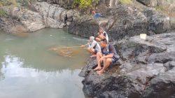 Warga Rasakan Keseruan Mancing Ikan Bareng Personel Satgas TMMD 108