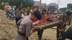 Personel BKO Polres Luwu Timur Sokong Warga Evakuasi