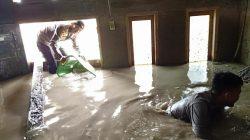"""Polsek Masamba Serbu """"Keroyok"""" Material Pasca Banjir di Bone"""
