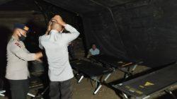 Malam-malam, Pasukan Pelopor Yon C Hadirkan Tenda bagi Warga Korban Kebakaran