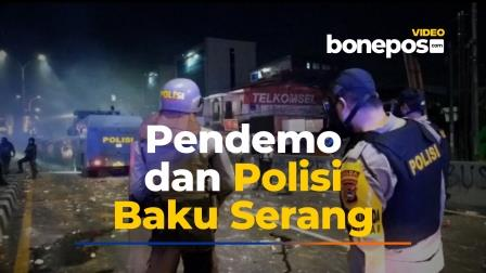 VIDEO: Polisi dan Demonstran di Makassar Terlibat Baku Serang