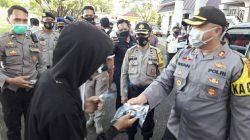 Kapolres Pimpin Pengamanan Aksi Unras Penolakan UU Omnibus Law di DPRD Sinjai, Sambil Bagikan Masker