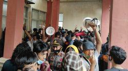 BREAKING NEWS, Demo UU Cipta Kerja di Gedung DPRD Bone Ricuh, Satpol PP Terjatuh dan Terinjak