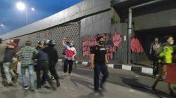 Tembus Malam, Memanas Unjuk Rasa Penolakan RUU Cipta Kerja di Makassar
