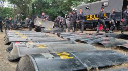 Brimob Bone Kawal Demo Kantor DPRD, Personel Bawa Tameng