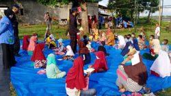 Bareng Mahasiswa IAIN, Brimob Bone Bantu Anak Desa Belajar Daring