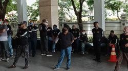 Puluhan Pria Berbaju Tulisan 'Bisa' Kepung Hotel Debat Pilkada Lutra di Makassar, Jubir MTR-RL: Ini Preman