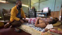 ARIP Bersimpuh dekat Orang Lumpuh 4,5 Tahun, hingga Gandeng Relawan Bagi Paket 'Cinta'