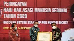 Menkumham Ganjar Pemkab Bone Penghargaan Peduli HAM
