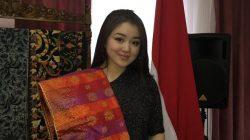 Gadis Kazakhstan Dayana 'Jatuh Hati' Budaya Indonesia