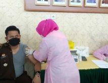 Pejabat Kejari Sinjai Disuntik Vaksin, Begini Reaksinya
