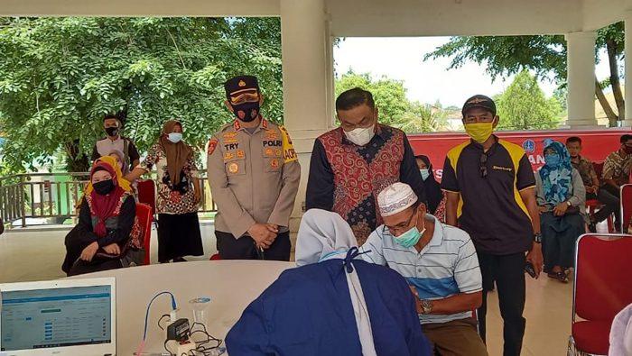 Tinjau Vaksinasi Massal di Bone, Ini Harapan Bupati Fahsar