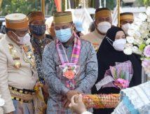 Tiba di Rujab Bupati Bone, Plt Gubernur Sulsel Kenakan Songkok Recca Keemasan