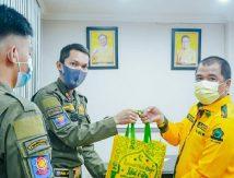 Bukti Cinta Kasih Fraksi Golkar Sulsel untuk Petugas Cleaning Service
