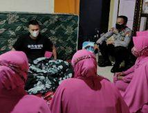 """Aksi Komandan Brimob Dikawal """"Bidadari Pink"""" Bagi-bagi Paket Cinta"""