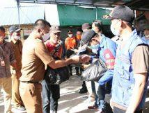 Bikin Kaget, Cara Andi Utta Tebar 344 Paket Cinta Untuk Tim Pengendali Banjir