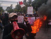 BREAKING NEWS: Mahasiswa di Gowa Bakar Ban di Depan Kantor Bupati