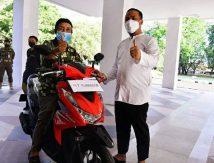 Kakek Viral di Makassar Dihadiahi Motor Plt Gubernur dan Virtual Bareng Menkes dan Deddy Corbuzier