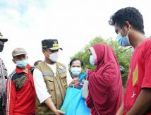 "Aksi Plt Gubernur Sulsel Bagi-bagi Paket ""Cinta"""