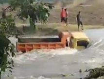 Air Bah di Bone, Tiga Truk Tongkang Terbawa Arus Deras