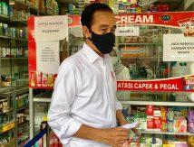 FOTO: Jokowi Blusukan Cek Ketersediaan Obat di Apotek
