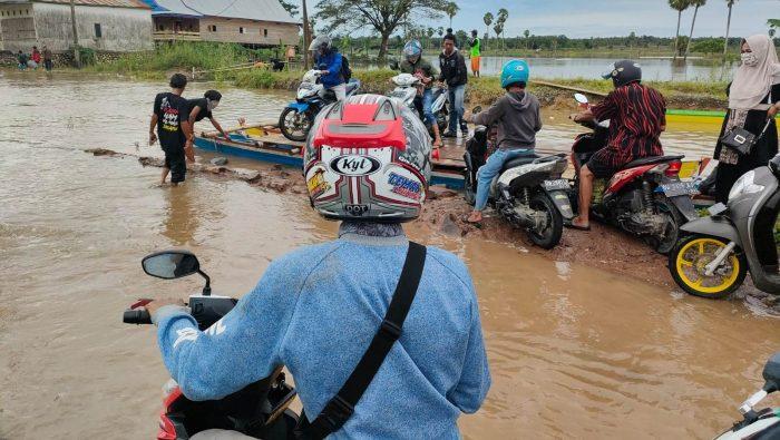 BREAKING NEWS: Poros Bone-Wajo Terputus, Warga Pakai Perahu