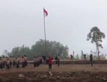 Diguyur Hujan dan Kabut, Pramuka dan Warga Upacara 17 Agustus di Gunung