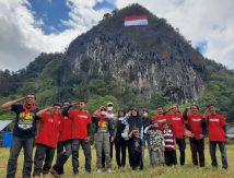 Dari Maros, Mapala 45 Makassar Bentangkan Merah Putih di Tebing