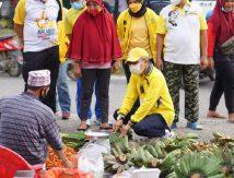TP Blusukan dan Jongkok di Pasar Luwu Utara, Borong Jualan dan Traktir Warga